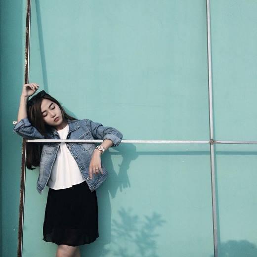 Đơn giản với croptop trắng và váy chữ A - cô nàng Pâu Pâu đã làm trang phục cá tính hơn với áo khoác jean bụi phủi