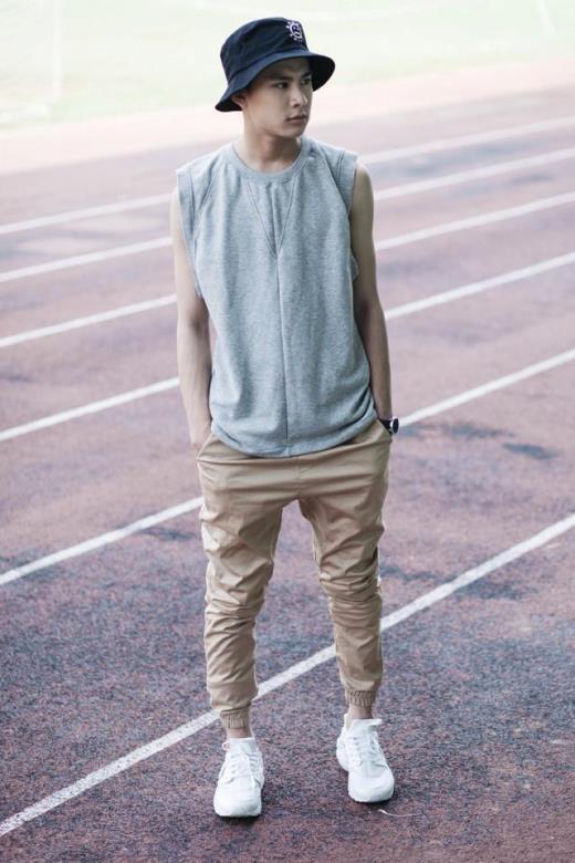 Quần jogger, mũ bucket - những trang phục thời thượng đã góp phần làm nên vẻ ngoài chất lừ của cậu bạn này