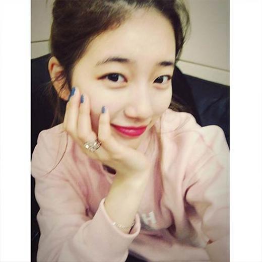 Suzy không cần ghi bất kỳ dòng chia sẻ nào mà chỉ cần khoe tấm hình tự sướng cực đáng yêu.