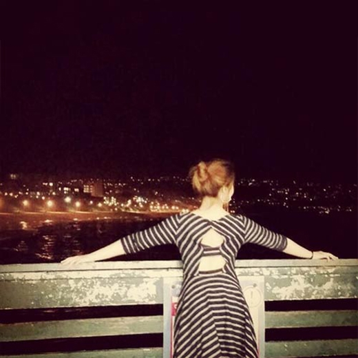 Minzy thưởng thức cảnh đêm vô cùng tuyệt vời ở California, cô viết: Buổi tối tuyệt vời, bạn sẽ ở cùng tôi chứ?.