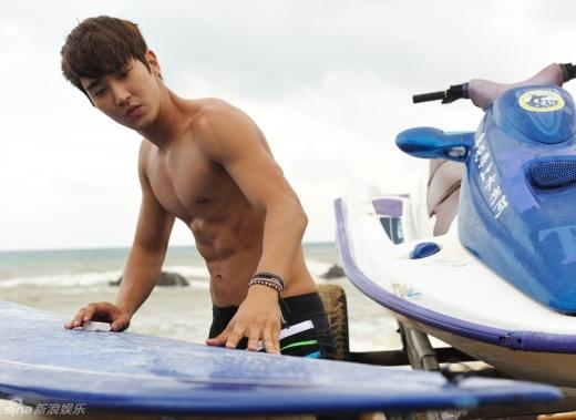 """Siwon khoe thân rắn chắc trong phim điện ảnh """"bị ém"""" 2 năm"""