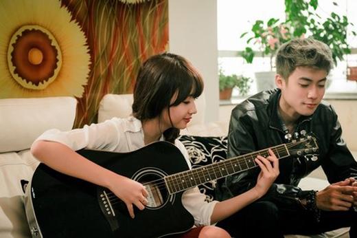 Quỳnh Anh Shyn trổ tài đàn hát.