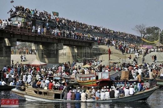 Bức tranh toàn cảnh người dân Bangladesh hồi hương vào năm 2010 trên cả ba phương tiện: tàu, tàu hỏa và cả đường bộ
