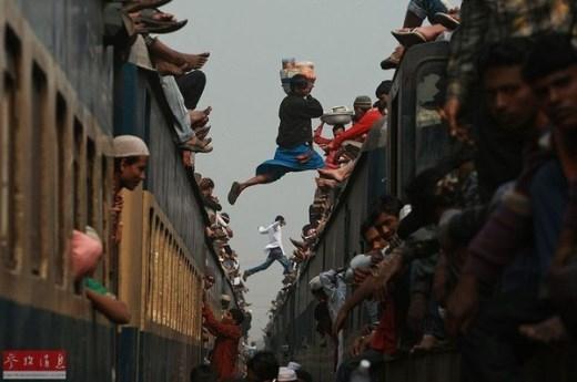 Còn đây là hình ảnh trên tàu hỏa trong dịp Tết 2011 cũng tại Bangladesh