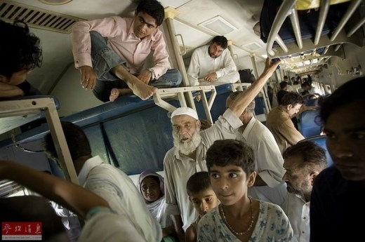 Để kịp về quê dự đại lễ Iftar, người Pakistan không ngại ngồi đụng trần xe.
