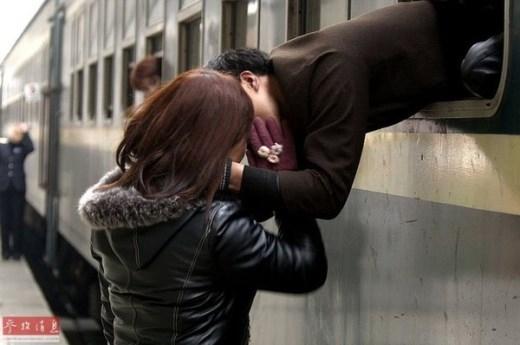 Nụ hôn tạm biệt của một cặp đôi