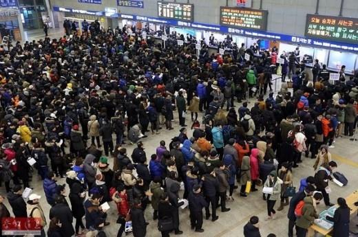 Người dân Seoul, Hàn Quốc xếp hàng mua vé xe về quê