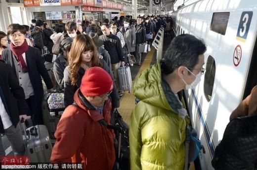 ... cho đến Nhật Bản đều xếp hàng về quê đón Tết cùng người thân