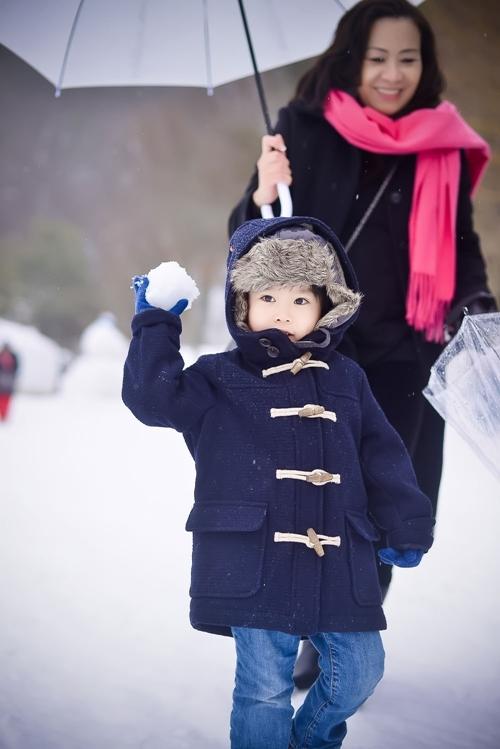 Tổ ấm hạnh phúc của Dương Thùy Linh.   Cậu con trai kháu khỉnh, đáng yêu.     Bé Todd thích thú khi lần đầu nhìn thấy tuyết. - Tin sao Viet - Tin tuc sao Viet - Scandal sao Viet - Tin tuc cua Sao - Tin cua Sao