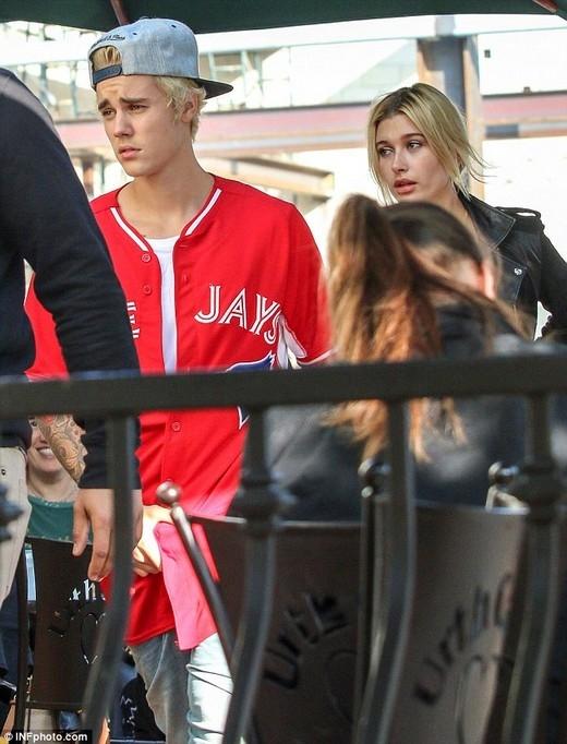 Bạn gái tin đồn của Justin Bieber khoe thân hình nóng bỏng
