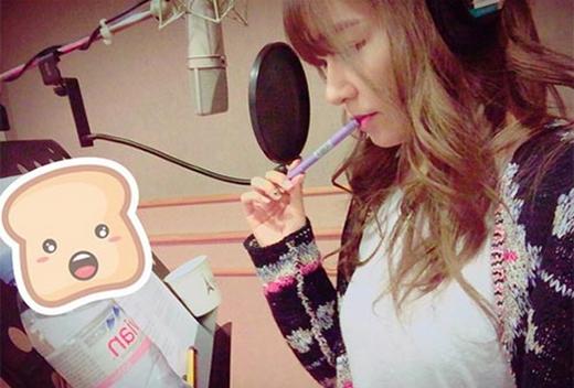 Tiffany bất ngờ đăng ảnh đang thu âm trong phòng thu và 'nhá hàng' một sản phẩm mới sắp phát hành, cô chia sẻ ngắn gọn: 'Sớm thôi'.