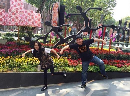 Dara thích thú đùa giỡn với quản lý và hưởng thụ khí trời ấm áp tại Singapore.