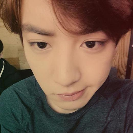 Chanyeol 'chiêu đãi' fan bằng tấm ảnh tự sướng làm mặt đểu cực đáng yêu.