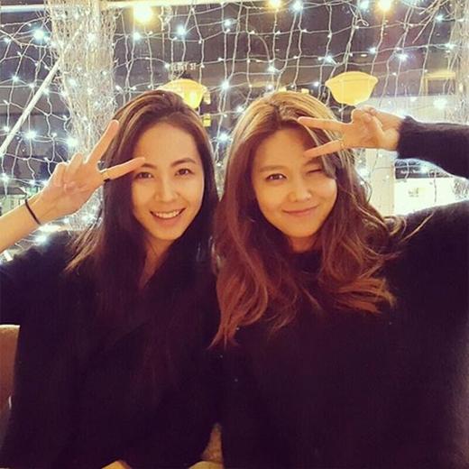 Hội ngộ với bạn cũ, Sooyoung không giấu được sự vui mừng và chia sẻ: 'Em rất hạnh phúc khi nhìn thấy chị cười. Chị rất xinh đẹp khi cười đấy. Hãy luôn vui vẻ nhé. Yêu chị'.