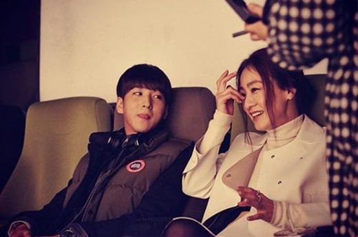 Baro khoe hình làm việc chung với tiền bối, nữ diễn viên Lee Mi Yeon, anh viết: 'Đang làm phim kỷ niệm 10 năm. Vô cùng mong đợi'.