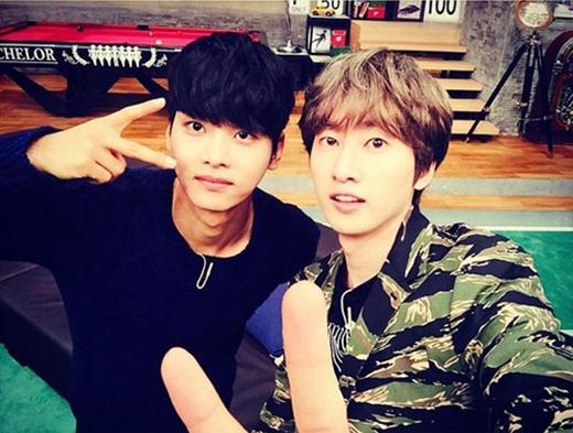 Eunhyuk thích thú khoe hình tự sướng cùng N (VIXX) và chia sẻ: Tôi nghe nói có gì đó vui lắm trên đài MBC every1 vào lúc 9h tối đấy.
