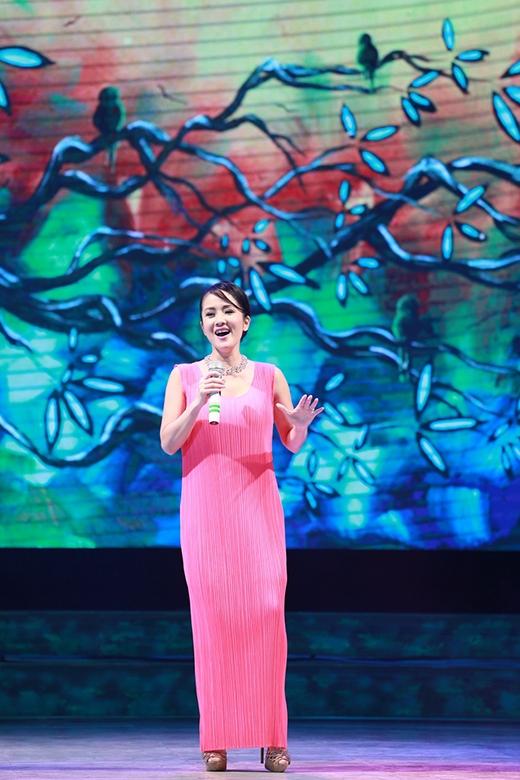 Cô Bống Hồng Nhung cũng khoe nét trẻ trung trong chiếc đầm hồng tinh tế và góp giọng trong hai ca khúc từng gắn liền với tên tuổi của mình Giọt sương trên mí mắt và Lắng nghe mùa xuân về. - Tin sao Viet - Tin tuc sao Viet - Scandal sao Viet - Tin tuc cua Sao - Tin cua Sao