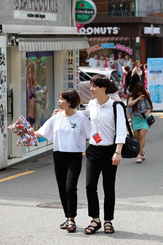Cặp đôi này lại được bắt gặp trong phong cách thời trang thoải mái thường ngày nhưng hai đôi giày giống nhau đã giúp họ hoàn thiện phong cách thời trang cặp đôi của mình.