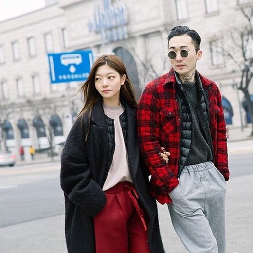 Sự khác biệt trong trang phục nhưng tương đồng về màu sắc với tông màu đỏ - đen thời thượng với chất liệu trang phục như da và chần bông đã đem đến cho cặp đôi này một phong cách thời trang cá tính và đầy thu hút.