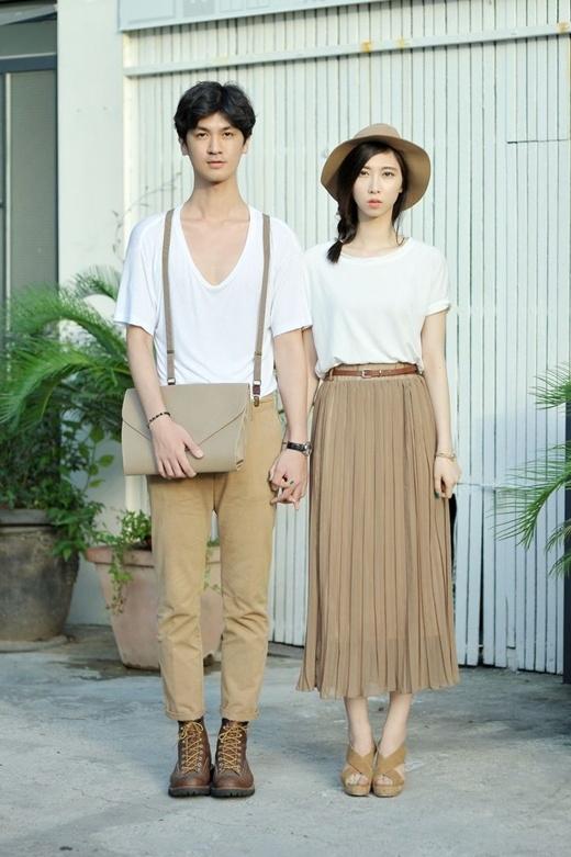 Sự tương đồng về màu sắc đem đến phong cách thời trang vừa cá tính khi giữ lại được phong cách của riêng mình nhưng vẫn phù hợp với chủ đề đồ đôi cho ngày lễ Valentine.