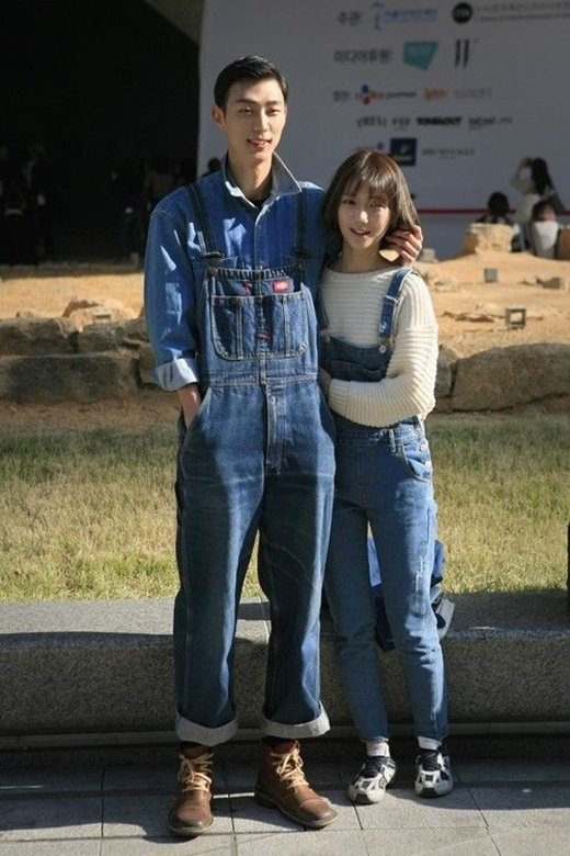 Chọn cho mình những chiếc quần yếm denim đang gây cơn sốt, trông cô gái và chàng trai này cực kì đáng yêu phải không nào?