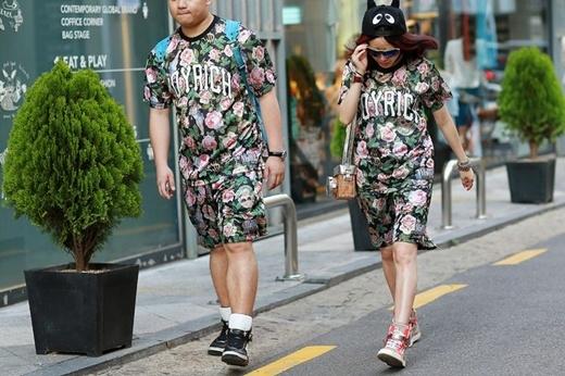 Dù diện đồ đôi nhưng bạn vẫn có thể thêm cá tính cho bộ trang phục của mình giống như cô gái này khi chọn cho mình chiếc mũ len ngộ nghĩnh và túi xách máy ảnh cách điệu trong khi chàng trai thì đơn giản hơn với chiếc ba lô xanh.