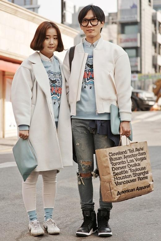 Cùng với một chiếc áo cùng họa tiết và màu sắc nhưng cặp đôi này lại có cách phối các phụ kiện và trang phục khác nhau.