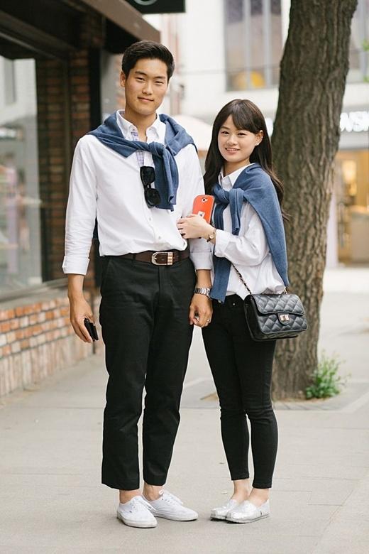Cặp đôi này lại chọn cho mình phong cách tông xuyệt tông từ trang phục cho đến màu của đôi giày.