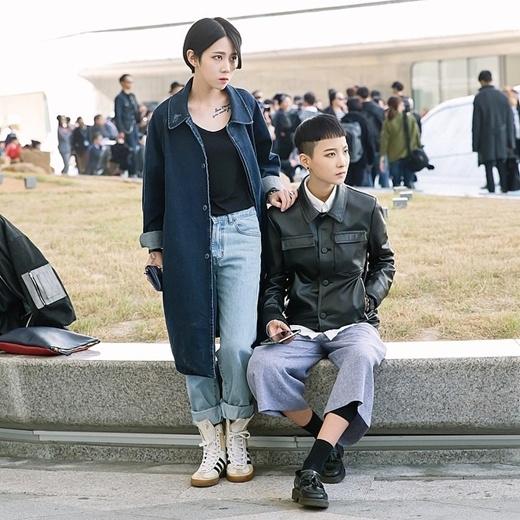 Một cặp đôi được bắt gặp ở tuần lễ thời trang Seoul với phong cách thời trang cá tính và độc đáo.