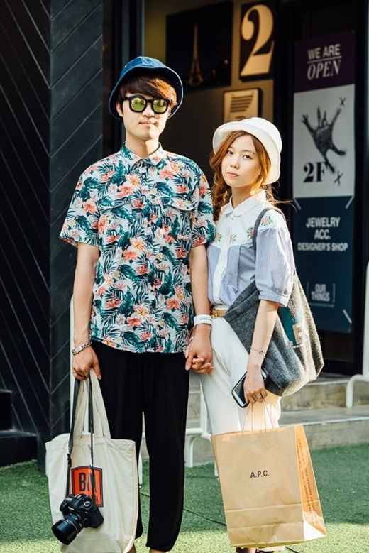 Cặp đôi này lại chọn cho mình phong cách thoải mái với chất liệu sơ mi, cùng với màu sắc tươi sáng và những họa tiết hoa đi cùng với chiếc túi tote khác màu và thiết kế của cả hai.