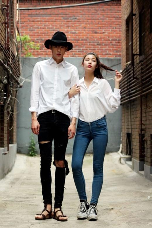 Cùng diện phong cách đơn giản nhưng chàng trai lại phối bộ đồ của mình cùng với giày sandal thoải mái và chiếc mũ phớt trong khi cô gái lại chọn cho mình đôi giày thể thao năng động.