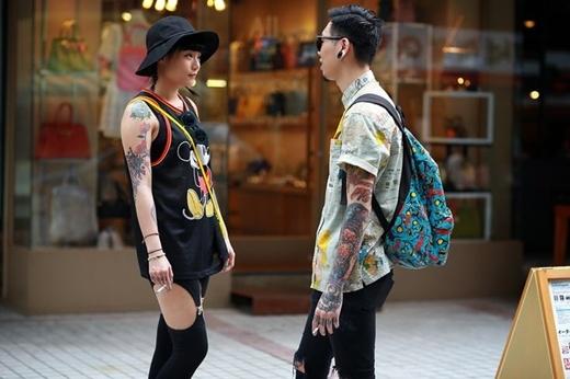 Cặp đôi có cùng phong cách hip hop trẻ trung với hình xăm cá tính nổi bật trên đường phố Seoul.