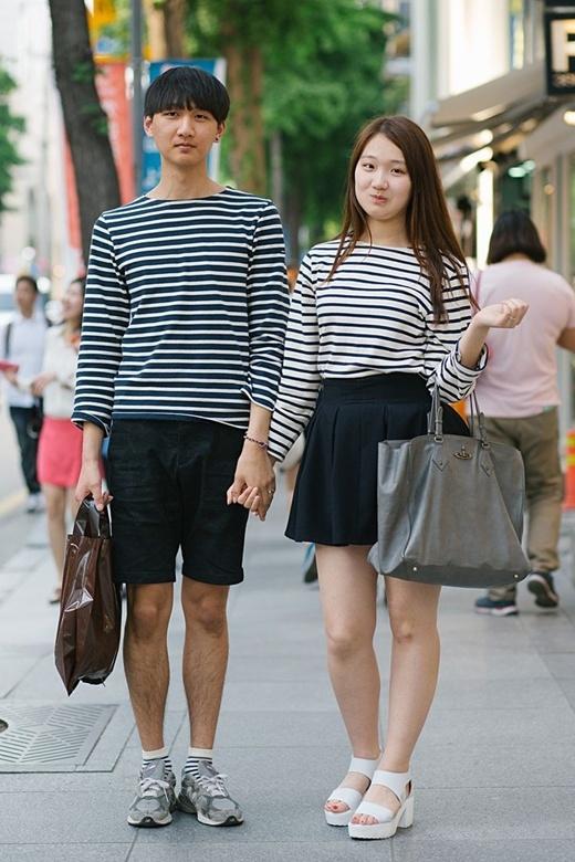 Cùng thiết kế sọc ngang nhưng chàng trai lại chọn màu xanh đậm trong khi cô gái lại chọn cho mình sắc trắng tinh khôi.