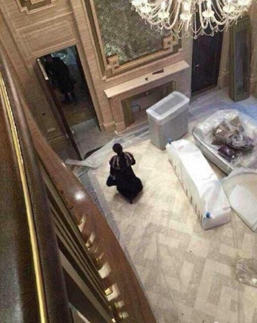 Phạm Băng Băng di chuyển vào trong nhà