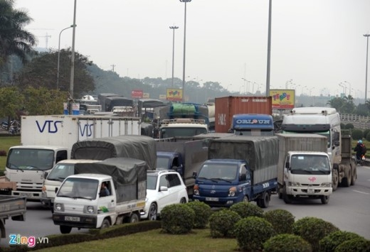 Tại đại lộ Thăng Long các buổi chiều tuần từ 15 đến 24/12 âm lịch luôn rơi vào cảnh kẹt cứng, ôtô bóp còi inh ỏi. Ảnh: Hoàng Anh.
