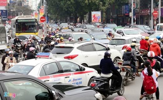 Giữa trưa 12/2, đường Kim Mã ùn tắc nghiêm trọng. Thượng úy Bùi Văn Thế, đội 2 CSGT TP Hà Nội cho biết, gần một tuần nay nút giao này với Núi Trúc luôn xảy ra hiện tượng ùn tắc.