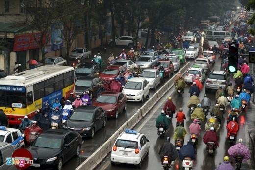Đường Huỳnh Thúc Kháng cũng chung tình trạng, theo lãnh đạo đội 3 CSGT TP Hà Nội (đơn vị chịu trách nhiệm phân luồng tuyến đường này) thì khu vực ách tắc nhất từ nhà hát Âu Cơ đến ngã tư Láng Hạ - Thái Hà.
