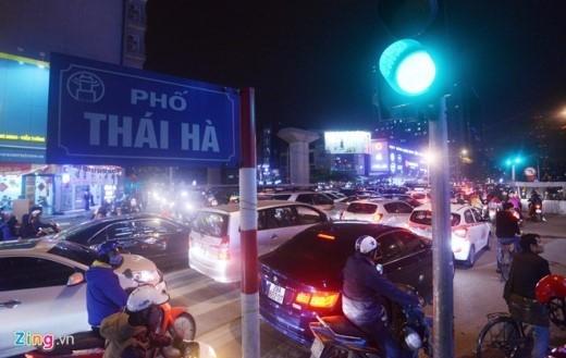 Vào giờ tan tầm, người đi đường phải chờ tới 4 nhịp đèn đỏ mới thoát qua đoạn giao với Hoàng Cầu, phố Thái Hà Mới.