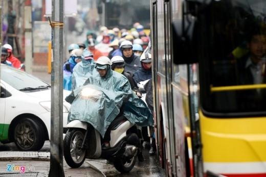Nhiều người phảileo lên vỉa hè để di chuyển. Mới đây Sở GTVT Hà Nội, phòng CSGT đã tổ chức kế hoạch, triển khai các lực lượng đứng chốt tại các điểm nóng nhưng tình trạng vẫn chưa tiến triển.