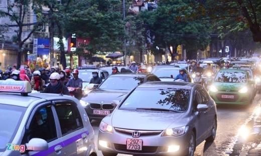 Trên phố Bà Triệu từng dòng xe ô tô nối nhau di chuyển chậm.
