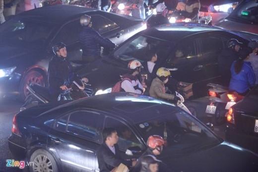 Người nọ chen lên người kia che chắn, gây cản trở càng gây ách tắc tại các phố Chùa Bộc, Tây Sơn, Thái Hà, Nguyễn Lương Bằng...