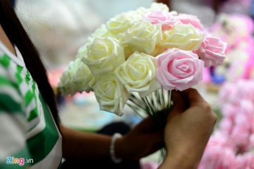 Chủ cửa hàng Huỳnh Thị Minh Phương cho biết, ban đầu khi được đề nghị, chị không chắc chắn có làm được không do kích thước bó hoa rất lớn. Sau đó lên ý tưởng và thấy khả thi mới dám nhận đơn hàng và làm.