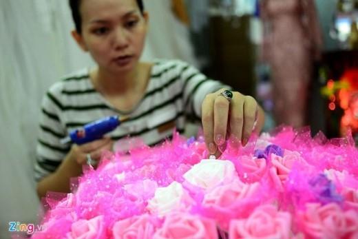 699 bông hoa được làm từ mút xốp. Để ghép lại thành bó hoa khổng lồ, chị Phương phải vẽ trước các công đoạn trên máy tính, sau đó chọn lựa màu sắc theo yêu cầu của khách hàng. Sau khi sắp xếp hoa xong, công đoạn tiếp theo là gắn hạt ngọc để bó hoa trông lấp lánh hơn.