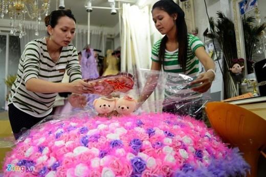 Được biết, vị khách đặt bó hoa này hàng năm đều thực hiện các con số khác nhau, năm nay là 699, một số dịp Valentine trước là 299 và 99. Anh dự định sau này sẽ lần lượt là 799, 899 rồi đến 999 bông.
