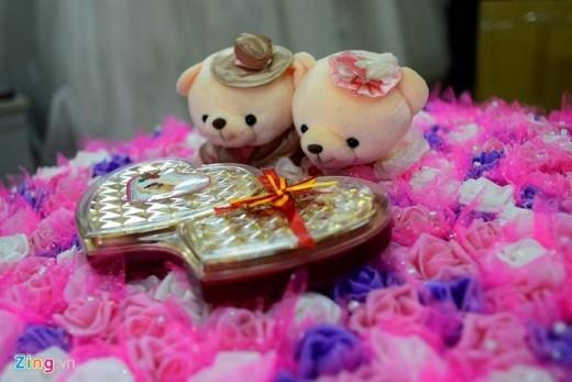 Gắn thêm cặp gấu bông và chocolate để tăng thêm tính lãng mạn cho người nhận vào dịp Valentine.
