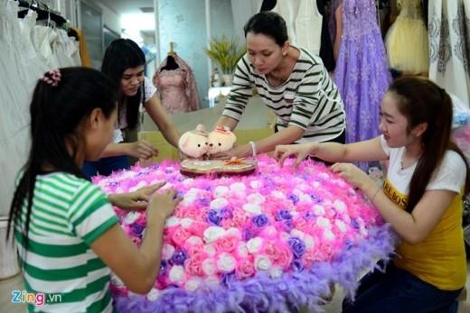 Các khâu phải được thực hiện cẩn thận, vì thế thời gian làm một bó hoa mất khoảng 5 ngày đêm với 4 thợ chăm chút từng chi tiết.