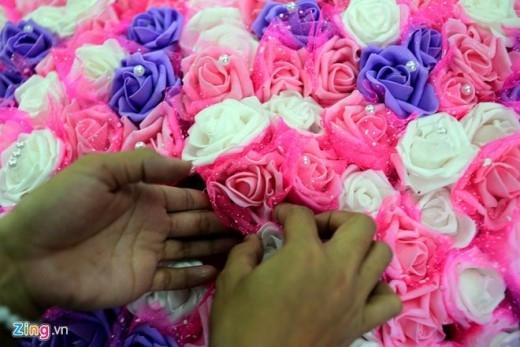 """Hoa làm bằng xốp, cành là dây kẽm kết hợp thêm vải voan, giấy nhúng, ruy băng và lông vũ. """"Làm hoa gấu bông phức tạp hơn tươi do phải làm từng cành từng lá, từng hoa"""", chị Phương chia sẻ thêm."""