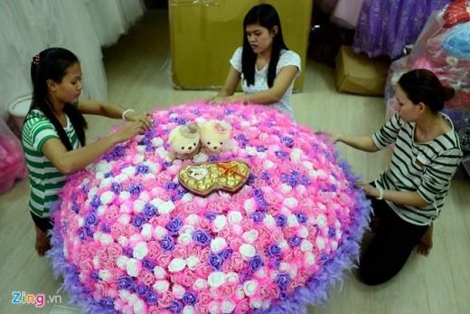 Bó hoa này có giá trị 10 triệu đồng, sẽ được vận chuyển bằng máy bay từ TP. HCM ra Hà Nội với chi phí khoảng 2 triệu đồng.