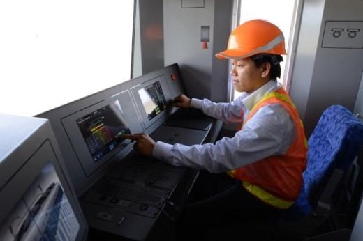 Kỹ sư cơ điện gói thầu số 3 tuyến metro Bến Thành - Suối Tiên ngồi thử buồng lái đầu tàu metro mẫu.