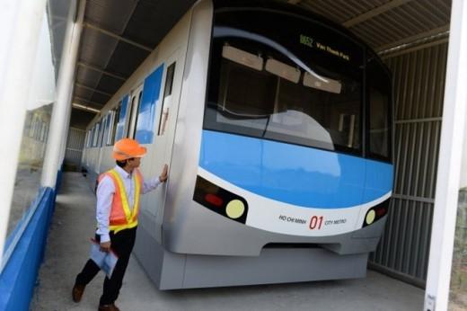 Công nhân của gói thầu số 3 tuyến metro Bến Thành - Suổi Tiên bọc các tay cẩm để bảo quản. Bên trong khoang tàu được trang bị rất nhiều tay cầm cho người đứng.